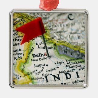 Trace el perno colocado en Nueva Deli, la India en Adorno Navideño Cuadrado De Metal