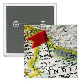 Trace el perno colocado en Nueva Deli, la India en Pin Cuadrada 5 Cm