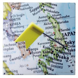 Trace el perno colocado en Tokio, Japón en el mapa Azulejo Cuadrado Grande
