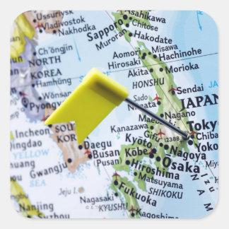 Trace el perno colocado en Tokio, Japón en el Colcomanias Cuadradases