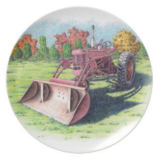 Tractor antiguo de la yarda platos para fiestas