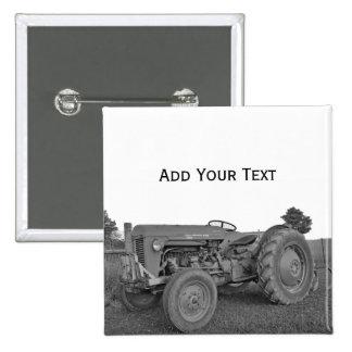 Tractor antiguo en botón blanco y negro