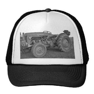 Tractor antiguo en casquillo blanco y negro gorras
