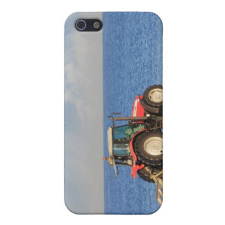 Tractor Cleaning the Beach iPhone SE/5/5s Case