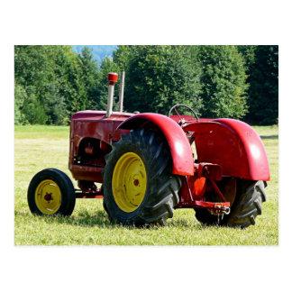 Tractor de granja rojo antiguo tarjeta postal