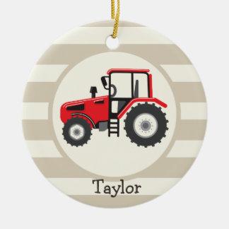 Tractor de granja rojo en rayas del moreno adorno navideño redondo de cerámica