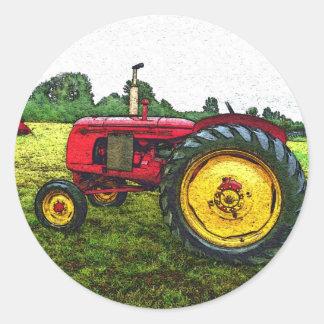 Tractor de granja rojo y amarillo pegatina redonda