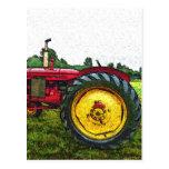Tractor de granja rojo y amarillo postal