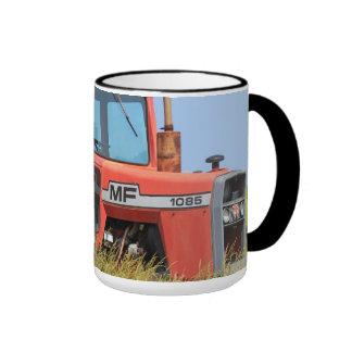 Tractor de Massey Ferguson en un campo Tazas De Café