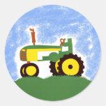 Tractor debajo del cielo azul pegatina redonda