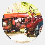 Tractor del rojo del vintage pegatina redonda