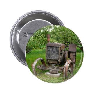 Tractor del vintage en el manzanar pin