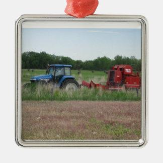 Tractor en el campo adorno navideño cuadrado de metal