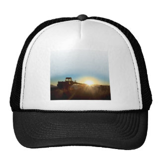 Tractor en el casquillo de la salida del sol gorro de camionero