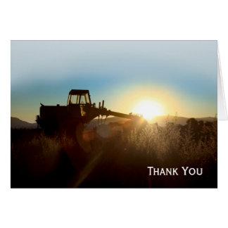 Tractor en la tarjeta de nota de la salida del sol