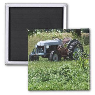 Tractor en un campo imán cuadrado