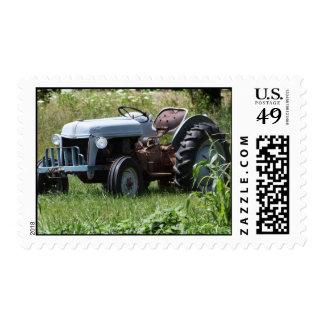 Tractor en un campo sello