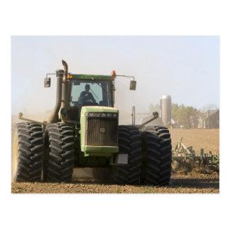 Tractor grande que cultiva el suelo de la postales