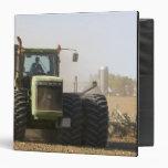 Tractor grande que cultiva el suelo de la primaver
