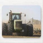 Tractor grande que cultiva el suelo de la primaver tapetes de ratón