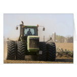 Tractor grande que cultiva el suelo de la primaver felicitacion