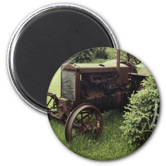 Tractor oxidado viejo imán redondo 5 cm