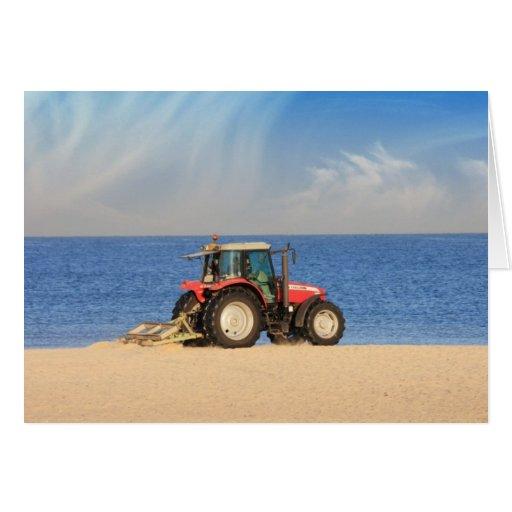 Tractor que limpia la playa tarjeta de felicitación