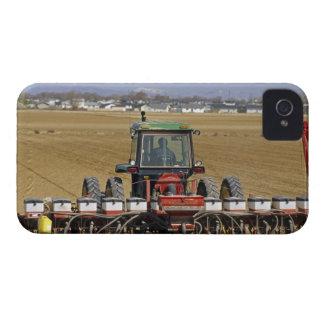 Tractor que tira de un plantador del maíz de iPhone 4 funda