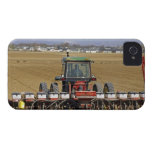 Tractor que tira de un plantador del maíz de semil iPhone 4 funda