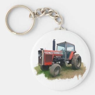 Tractor rojo de Massey Ferguson en el campo Llavero Redondo Tipo Pin