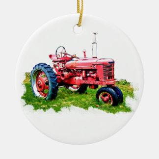 Tractor rojo del vintage en el campo ornamento de navidad