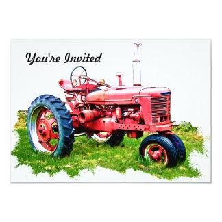 """Tractor rojo del vintage en el campo invitación 5"""" x 7"""""""