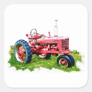 Tractor rojo del vintage en el campo pegatina cuadradas personalizada