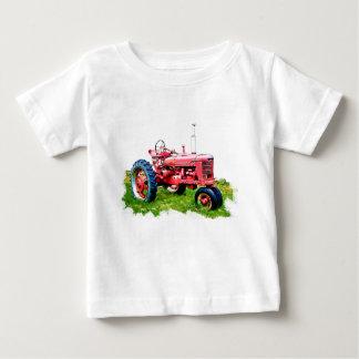 Tractor rojo del vintage en el campo playeras