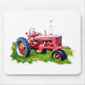 Tractor rojo del vintage en el campo tapete de ratón