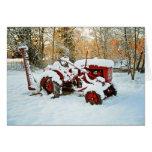Tractor rojo en tarjeta de la nieve