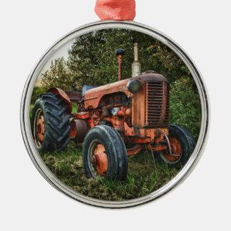 Tractor rojo viejo del vintage adorno navideño redondo de metal