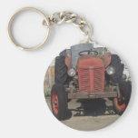 Tractor rojo viejo llavero redondo tipo pin