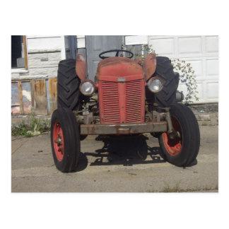 Tractor rojo viejo postales
