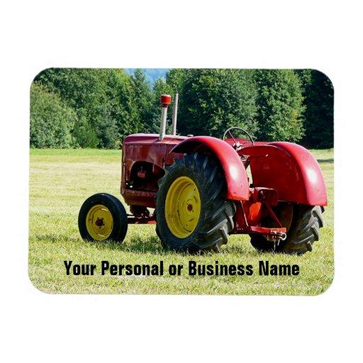 Tractor rojo y amarillo antiguo en campo imán flexible
