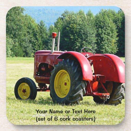 Tractor rojo y amarillo antiguo en campo posavasos de bebidas