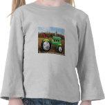Tractor verde de Teriffic en los campos Camiseta