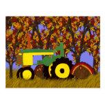 Tractor verde por la postal de los árboles y de lo