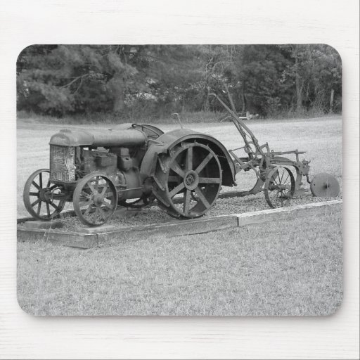 Tractor viejo a partir del pasado tapete de ratones