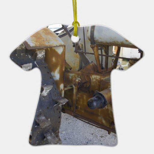 Tractor viejo adorno de cerámica en forma de playera