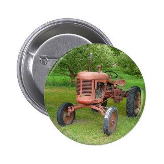 Tractor viejo en la huerta pin