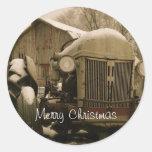 Tractor viejo en sello del sobre del navidad de la etiqueta redonda