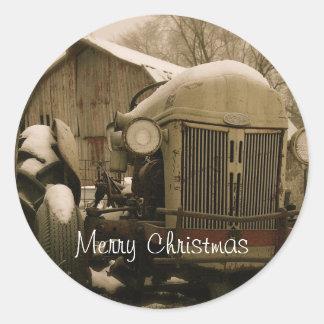 Tractor viejo en sello del sobre del navidad de la pegatina redonda