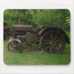 Tractores antiguos de la rueda del metal alfombrillas de raton