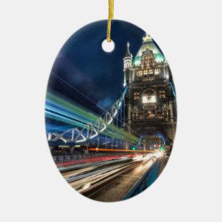 Tráfico del puente de la torre, Londres Adorno Navideño Ovalado De Cerámica